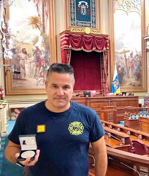 El coordinador de Seguridad y Emergencias de Fuerteventura, Fran Torres, recibe un reconocimiento del Parlamento